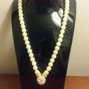 Very Elegant Simple Embellished Pearl Necklace Set